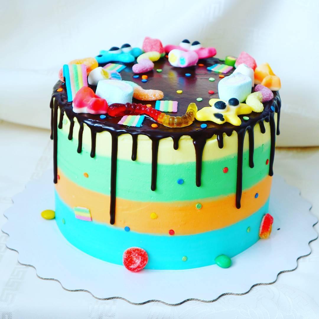Вы можете заказать кремовый торт или покрытием велюром, а сверху установить понравившиеся фигурки, метрику или декор из мастики.